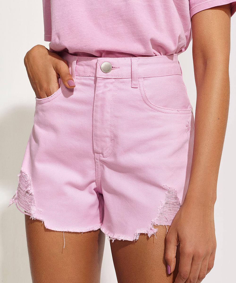 CeA Short Feminino Pantone de Sarja Destroyed Cintura Alta com Bolso Barra Desfiada Rosa