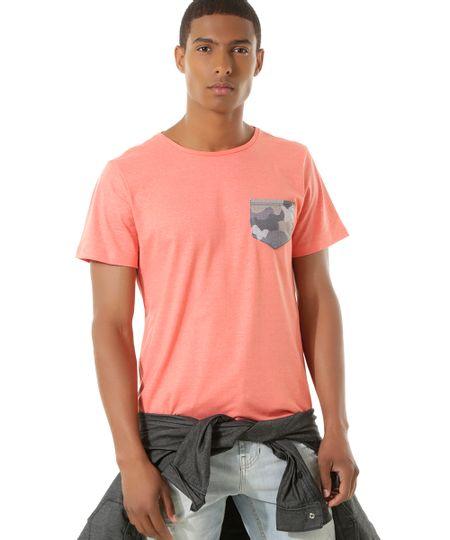 Camiseta com Bolso Estampado Coral