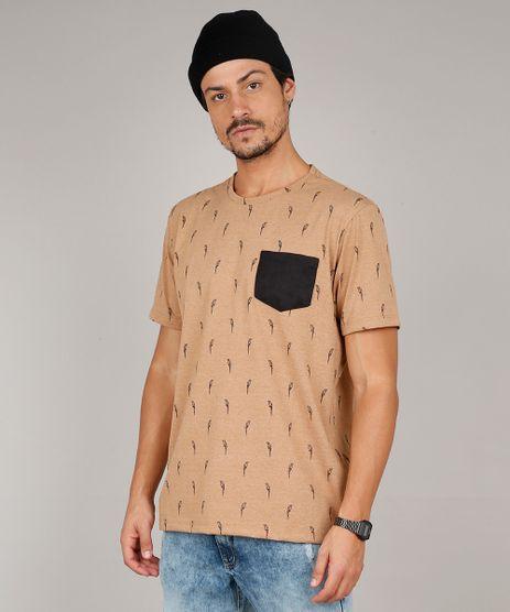 Camiseta-Masculina-Estampada-de-Papagaio-com-Bolso-Manga-Curta-Gola-Careca-Caramelo-9614794-Caramelo_1