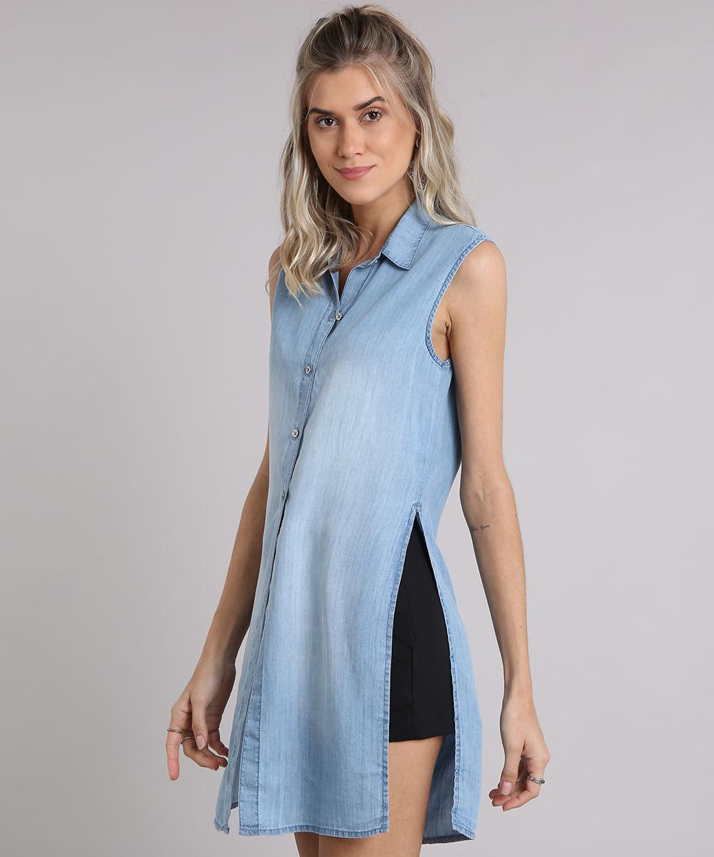 9e0d618ac8 Camisa Jeans Feminina Longa Sem Manga com Fendas Azul Claro ...