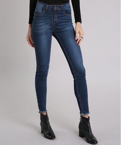 e8ac62803 Calça Jeans Feminina Skinny Cintura Alta com Barra Desfiada Azul ...