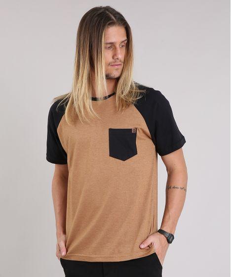 08afc1d4c1 Camiseta Masculina Raglan com Bolso Manga Curta Gola Careca Caramelo ...