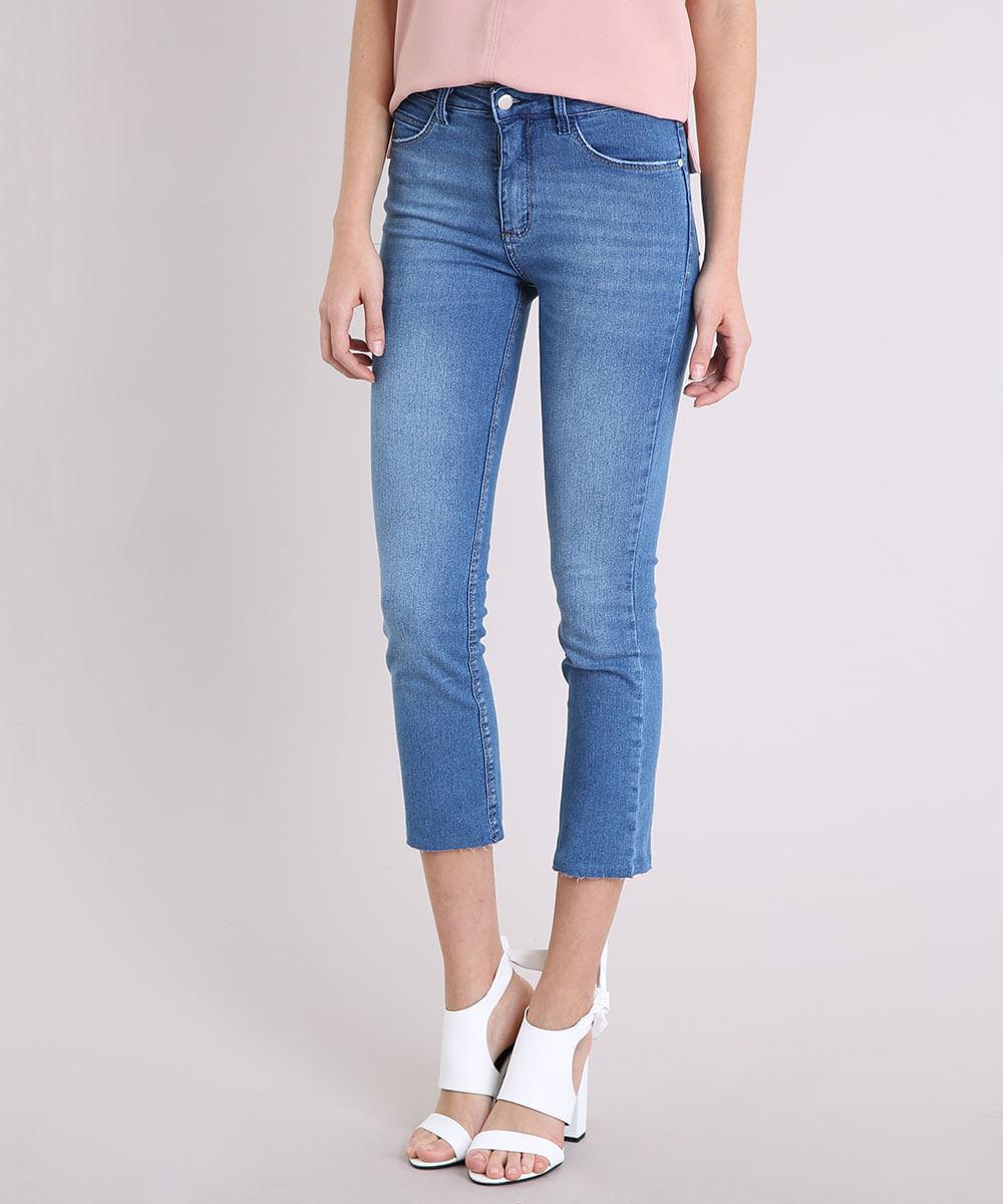 c3a20fa5f3 Calça Jeans Feminina Reta com Barra Desfiada Cintura Alta Azul Claro ...