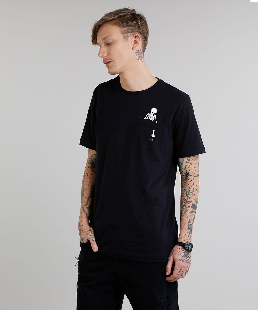 0d9eeb257 Camiseta Masculina Esqueleto com Bolso Manga Curta Gola Careca Preta ...