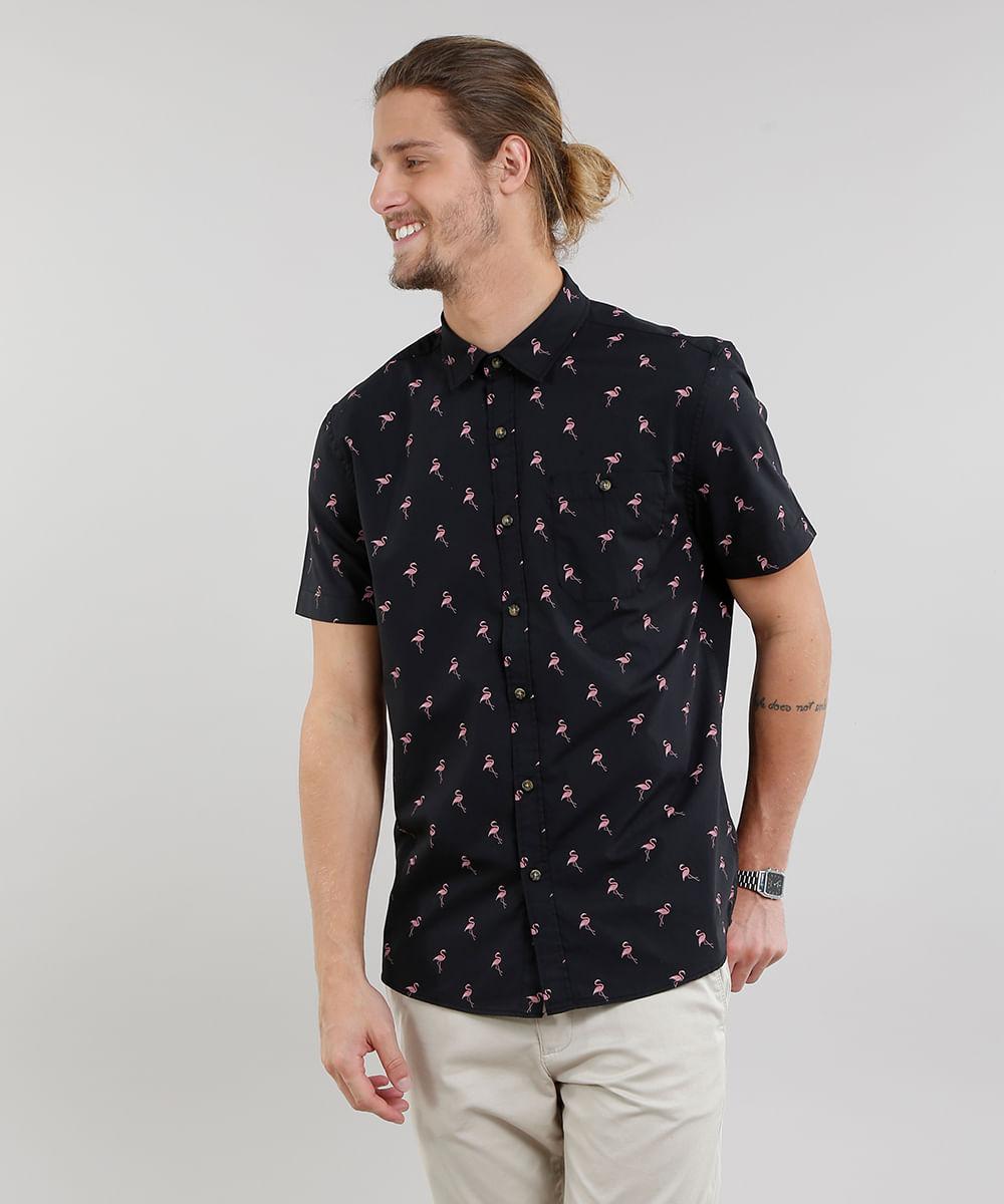 e22493236 Camisa Masculina Estampada de Flamingos com Bolso Manga Curta Preta ...