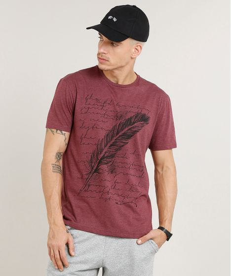 44d6ca4fc36d9 Camiseta Masculina com Estampa de Pena Manga Curta Gola Careca Vinho ...