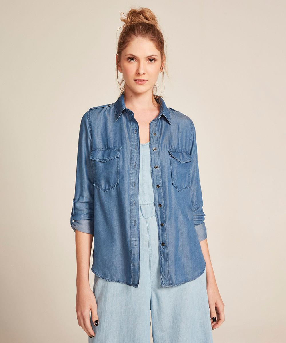 bae9135d4 Camisa Jeans Feminina com Bolsos e Martingale Manga Longa Azul Médio ...