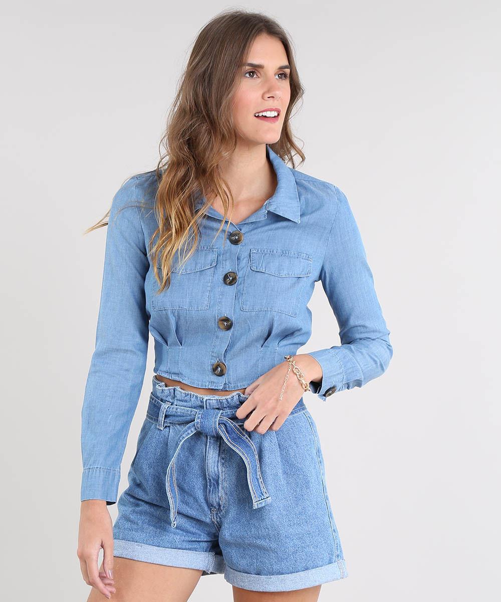 8f271ceaa6 Camisa Jeans Feminina Cropped com Bolsos Manga Longa Azul Claro ...