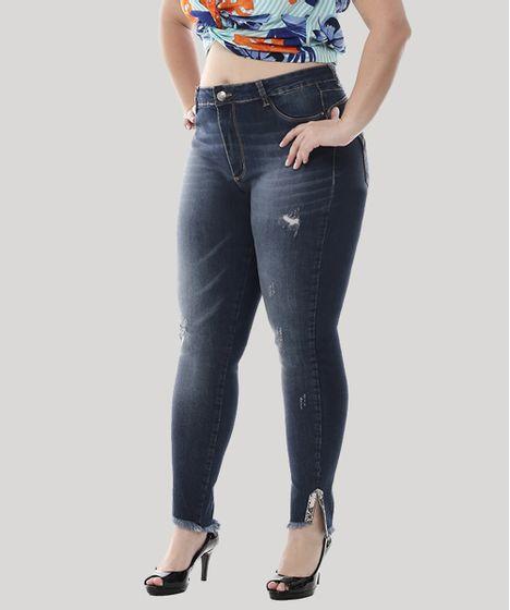 a7c933347df6 Plus Size. Calca-Jeans-Feminina-Cigarrete-Barra-Desfiada-com-Strass- ...